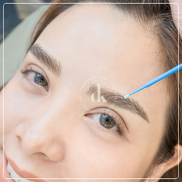 Khách hàng Hairstrokes lông mày màu nâu tây tại DK Eyebrows & Beauty