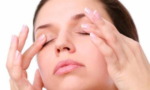10 phút đơn giản cải thiện tình trạng sụp mí mắt, giúp khuôn mặt trẻ trung