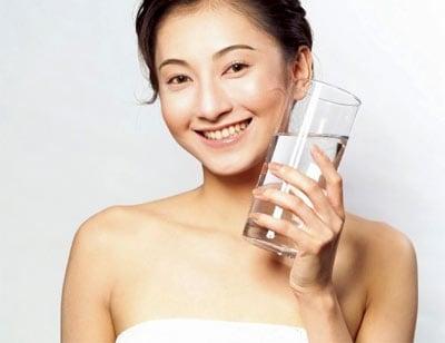 Nên uống nhiều nước mỗi ngày để hạn chế khô môi
