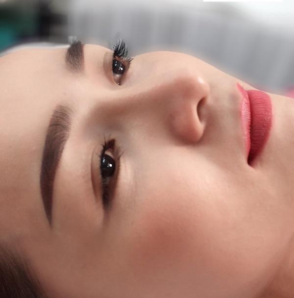 Phun tán bột là kỹ thuật giúp bạn sở hữu cặp lông mày tự nhiên chỉ như trang điểm nhẹ